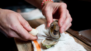 How to shuck an oyster step 2